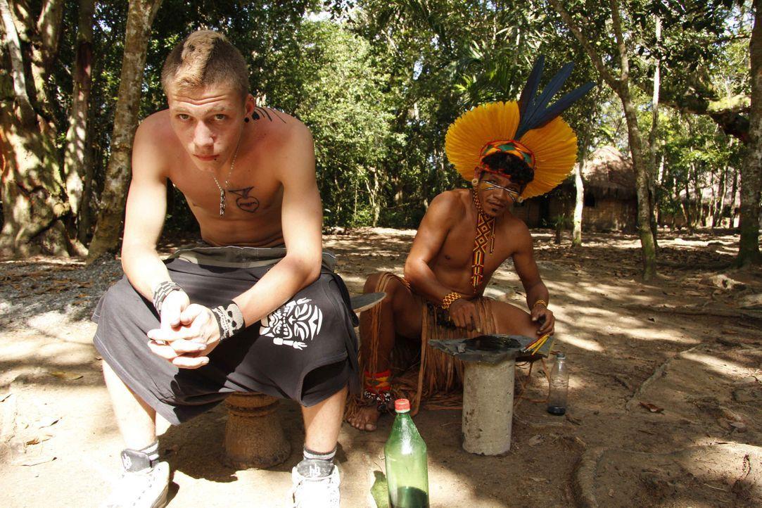Maurice (l.) ist Punk, und Punks kennen keine Regeln. Mit Schlagstock und Maske terrorisiert der 16-Jährige seinen Heimatort. In Brasilien bekommt... - Bildquelle: kabel eins