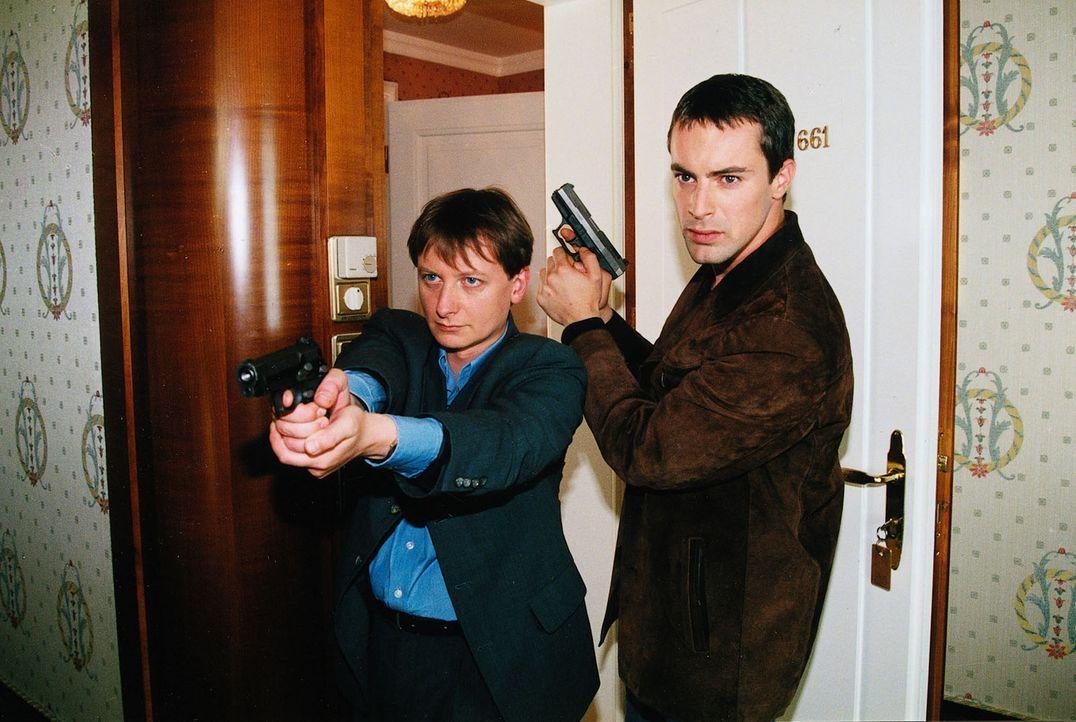 Kommissar Brandtner (Gedeon Burkhard, r.) und Assistent Böck (Heinz Weixelbraun, l.) sind dem Mörder auf der Spur. - Bildquelle: Sat.1
