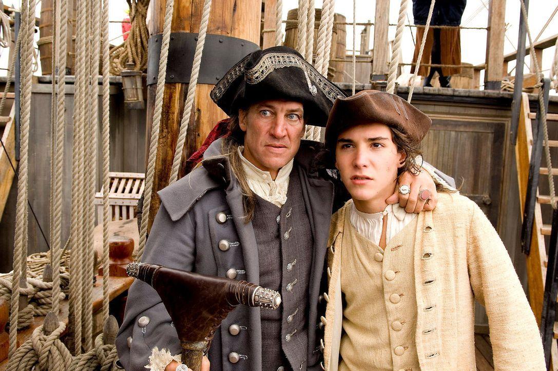 """Auf hoher See zeigt der angebliche Schiffskoch der """"Hispaniola"""", Long John Silver (Tobias Moretti, l.), sein wahres Gesicht: Er nimmt mit Hilfe sein... - Bildquelle: ProSieben"""