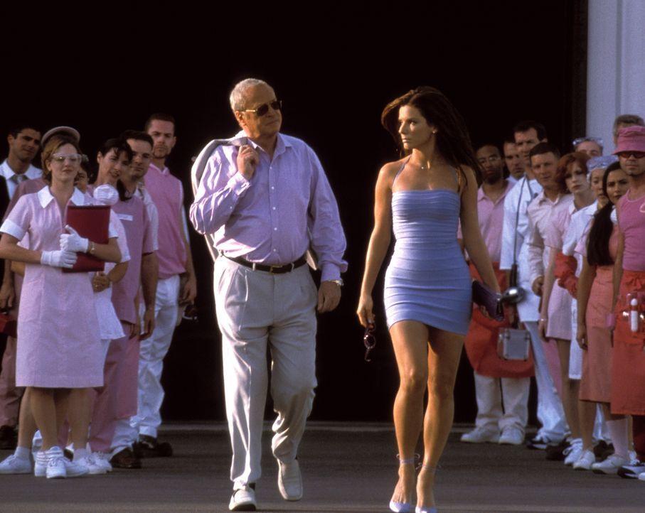 Um einen Bombenleger zu überführen, soll die verdeckte Ermittlerin Gracie Hart (Sandra Bullock, r.) an der Wahl der Miss United States teilnehmen. D... - Bildquelle: 2000. Warner Brothers International Television Distribution Inc.