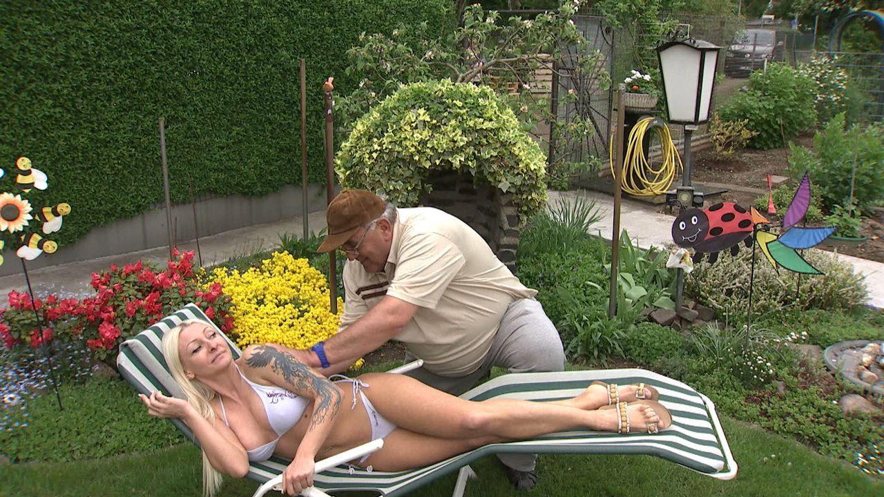 Sexy Samantha (l.) verdreht den Männern in der Kleingartensiedlung den Kopf. Ist Samantha eine Prostituierte, die die Kleingärtner nur abzocken wi... - Bildquelle: SAT.1