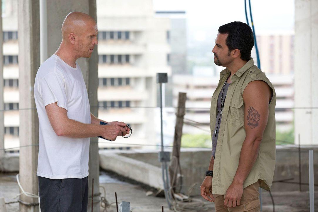 Während Brody (Damian Lewis, l.) in Caracas von El Nino (Manny Perez, r.) gefangen gehalten wird, kämpft Carrie damit, Saul wieder vertrauen zu könn... - Bildquelle: 2013 Twentieth Century Fox Film Corporation. All rights reserved.