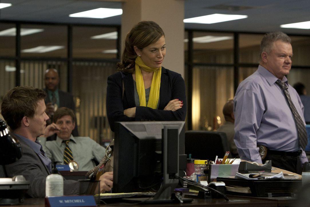 Während Dr. Ryan (Sonya Walger, 2.v.r.) Travis und Wes (Warren Kole, l.) einen Tag bei der Arbeit begleitet, versuchen diese, gemeinsam mit Phil Su... - Bildquelle: 2012 USA Network Media, LLC