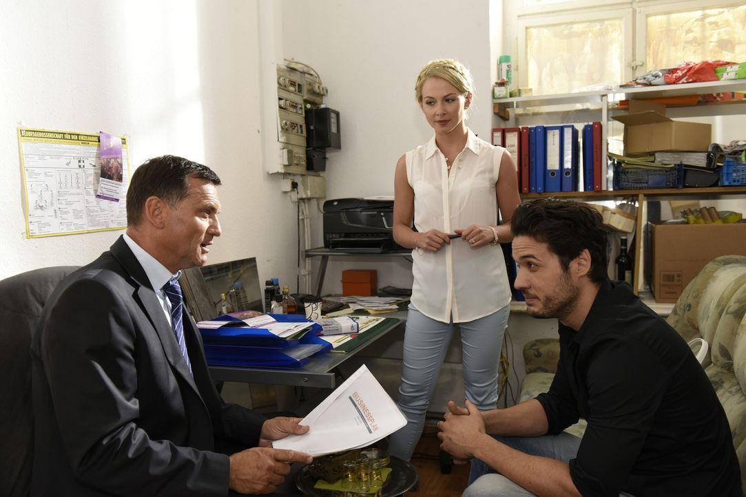 Luisa (Jenny Bach, M.) gelingt es mit einem großen Plädoyer für Sami (Alexander Milo, r.), den kritischen Bankmenschen (Axel Seidler, l.) zu erweich... - Bildquelle: Christoph Assmann SAT.1
