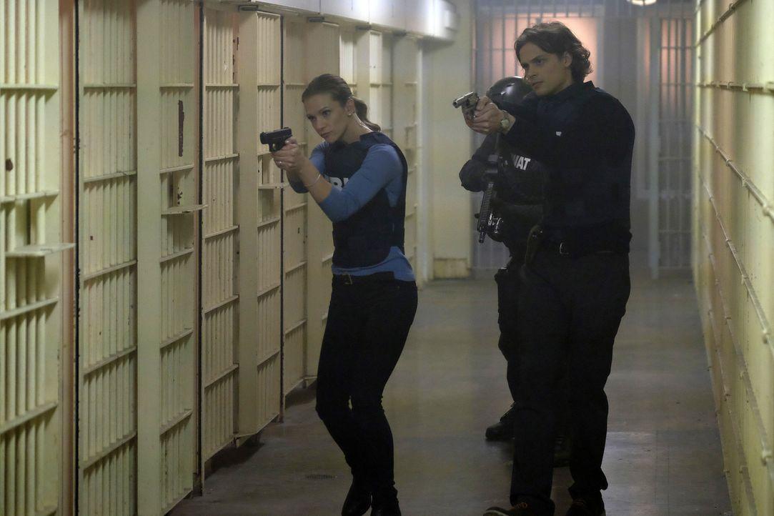 Hotch wird verhaftet, weil er angeblich Materialien für den Bau einer Bombe gekauft hat. Können J.J. (A.J. Cook, l.), Reid (Mathew Gray Gubler, r.)... - Bildquelle: Darren Michaels ABC Studios
