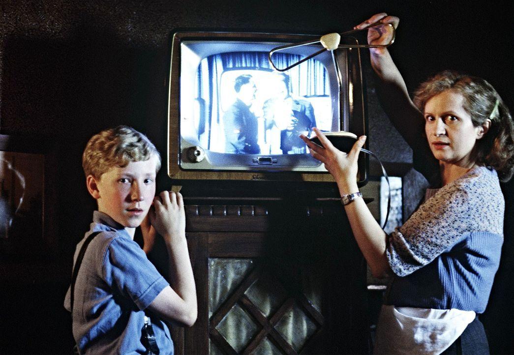 Während ihr Mann fort war, hielt Mutter Lubanski (Johanna Gastdorf, r.) sich und ihre Familie mit den Einkünften aus ihrer kleinen Gastwirtschaft üb... - Bildquelle: Senator Film