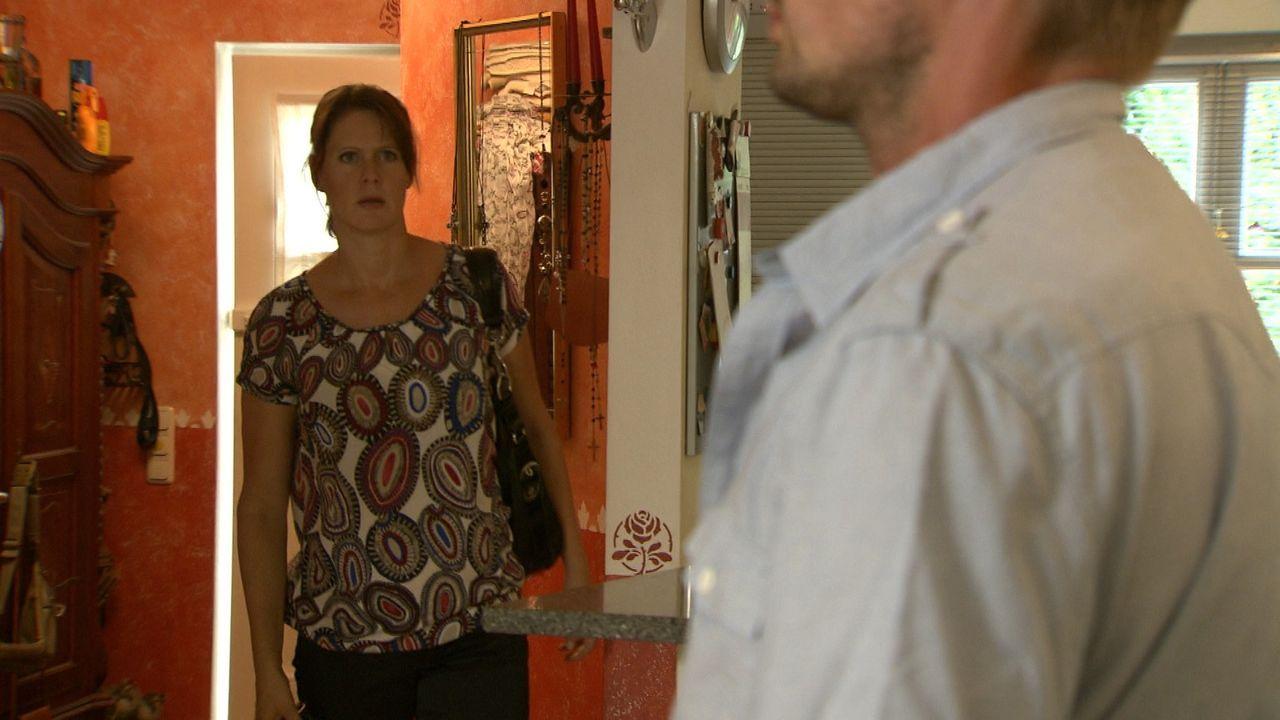 Ines Röber (l.) erwischt ihren Mann Ben (r.) in flagranti mit einer Jüngeren im eigenen Haus ... - Bildquelle: SAT.1
