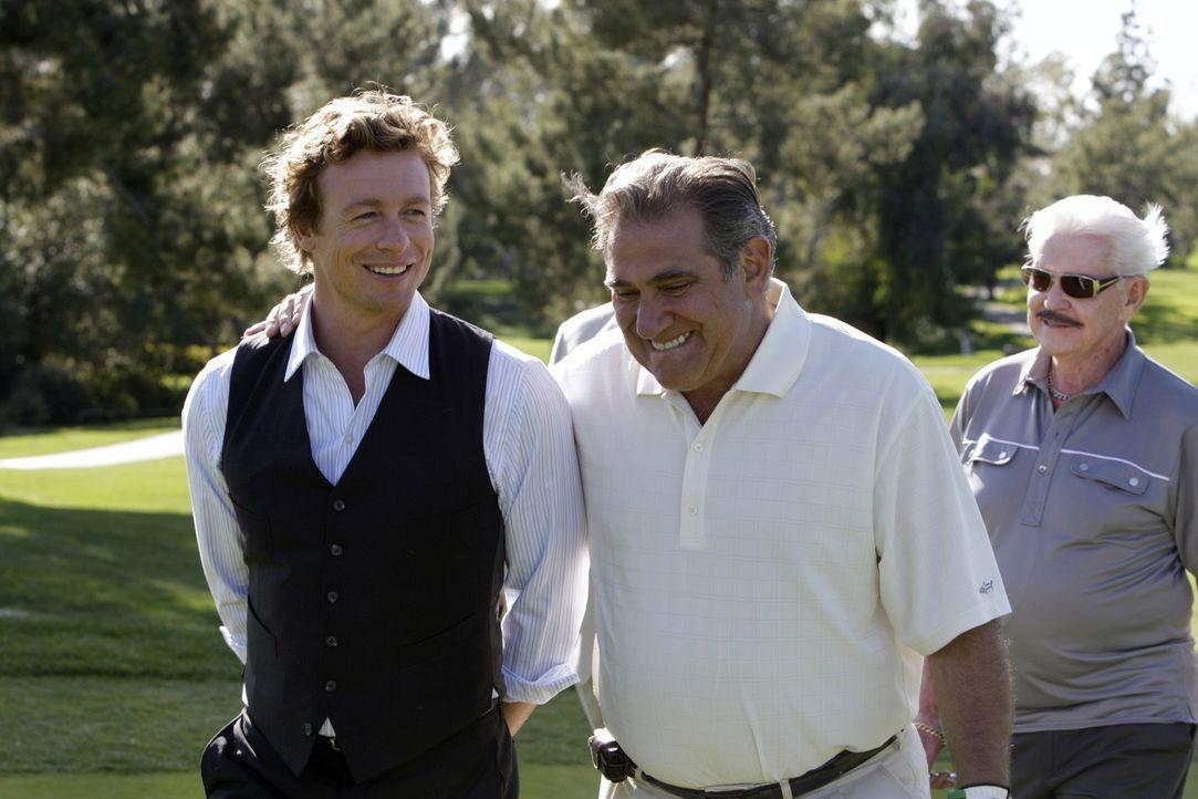 Um den Mörder von Ed Didrikson dingfest zumachen, begibt sich Patrick (Simon Baker, l.) auf den Golfplatz um den Mafiabosses Sonny Battaglia (Dan L... - Bildquelle: Warner Bros. Television