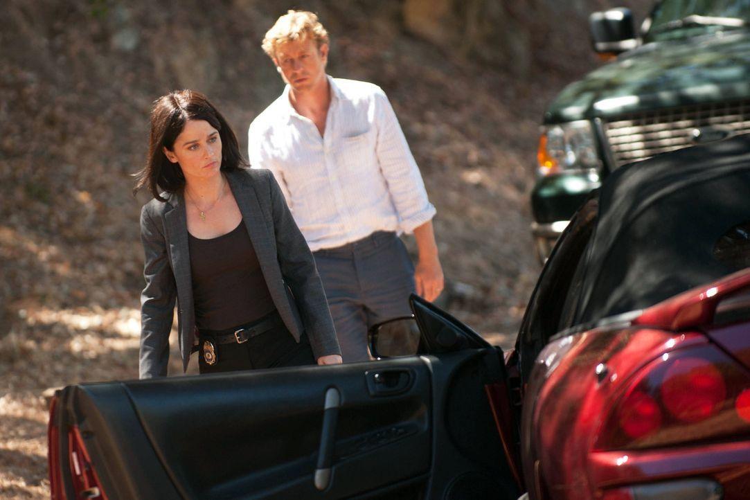 Rückblende: Patrick Jane (Simon Baker, r.) steht dem CBI-Team um Teresa Lisbon (Robin Tunney, l.) bei der Aufklärung eines Falles bei ... - Bildquelle: Warner Bros. Television