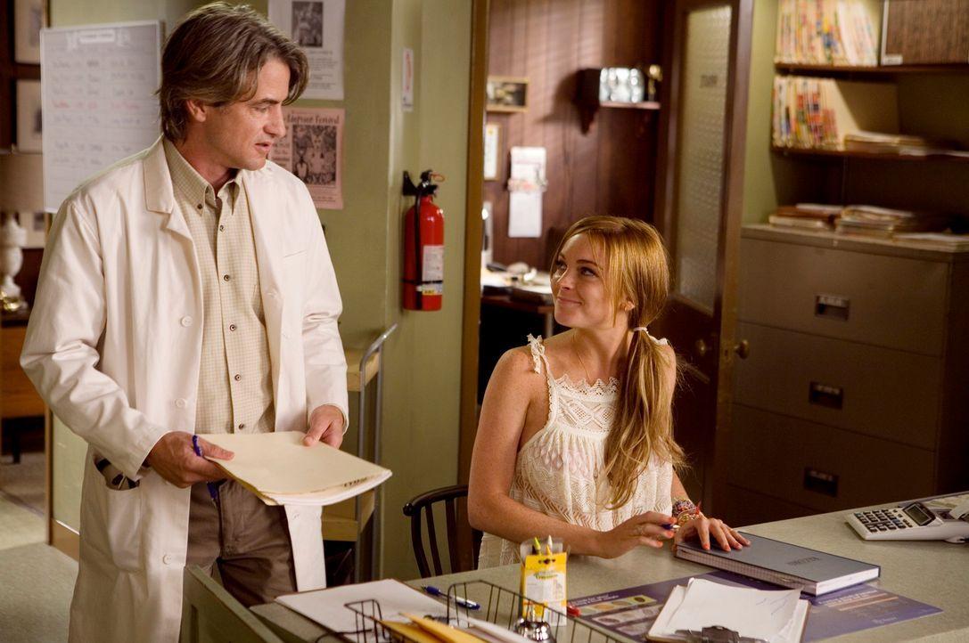 Nach anfänglichem Weigern hilft Rachel (Lindsay Lohan, r.) bei Tierarzt Dr. Simon Ward (Dermot Mulroney, l.) in der Praxis aus und sie findet sogar... - Bildquelle: Morgan Creek International