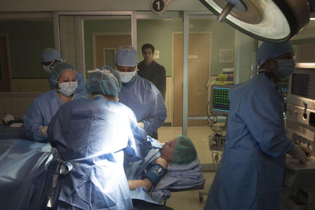 Ein kleiner Autounfall bringt Walter (Elyes Gabel, 2.v.r.) ins Krankenhaus, doch während es ihm gut geht, schwebt ein kleines Mädchen in Lebensgefah... - Bildquelle: Neil Jacobs 2016 CBS Broadcasting, Inc. All Rights Reserved.