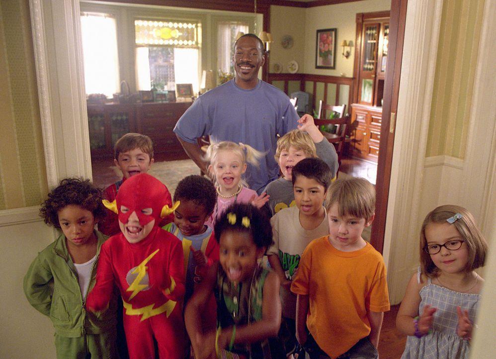 Charlie (Eddie Murphy, hinten) hat die Kids fest im Griff ... - Bildquelle: 2004 Sony Pictures Television International. All Rights Reserved.