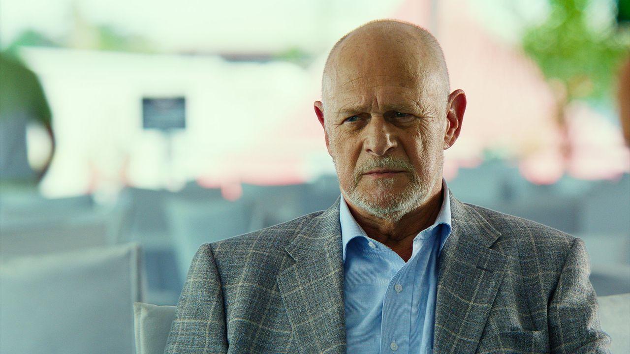 Ist Owens (Gerald McRaney) wirklich der, als der er sich bei dem Motorsport-Milliardärs Rafael Garriga ausgibt? - Bildquelle: Warner Bros.