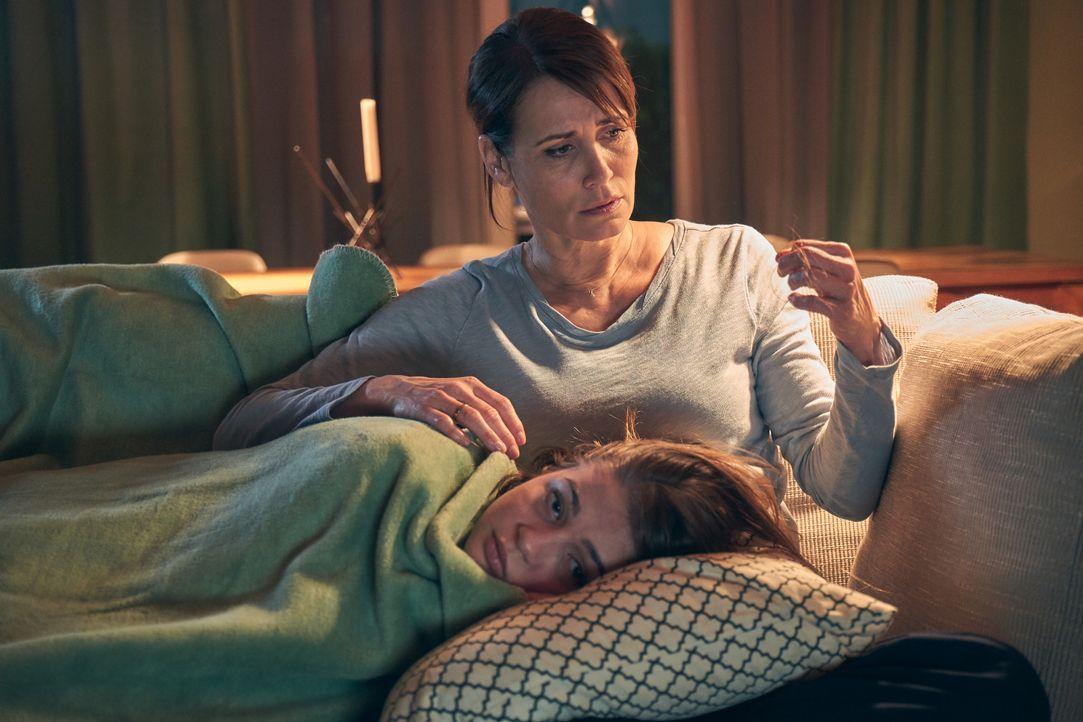 Lara (Lisa Marie Koroll, l.); Susanne (Anja Kling, r.) - Bildquelle: Frank Dicks SAT.1 / Frank Dicks