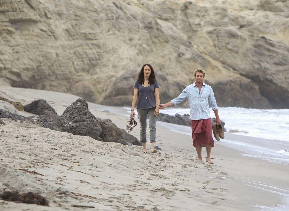 Zwei Jahre nachdem Patrick Jane (Simon Baker, r.) den Mörder seiner Familie umgebracht hat, befindet er sich in Südamerika in Sicherheit vor dem F... - Bildquelle: Warner Brothers Entertainment Inc.