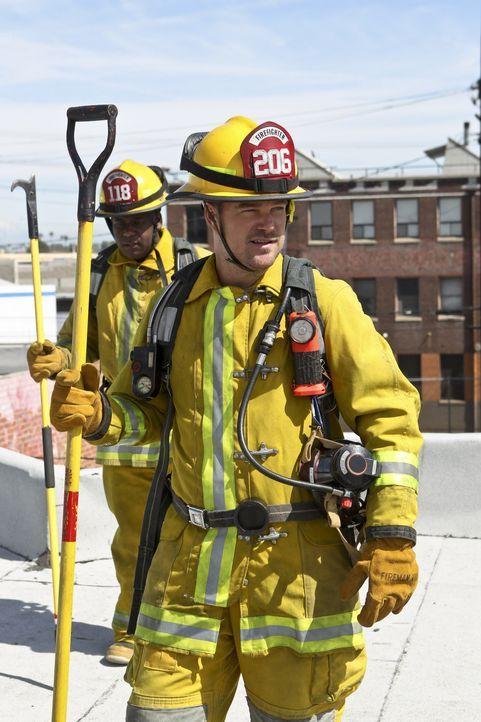 Bei den Ermittlungen in einem neuen Fall muss sich Callen (Chris O'Donnell, r.) gemeinsam mit seinem Kollegen als Feuerwehrmann ausgeben ... - Bildquelle: Sonja Flemming 2016 CBS Broadcasting, Inc. All Rights Reserved.