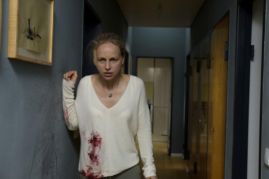 Ärztin Nora (Petra Schmidt-Schaller) ist in einem Albtraum gefangen: Jemand hat einen  Anschlag auf ihre Familie verübt - sie wurde angeschossen, ih... - Bildquelle: Christiane Pausch SAT.1