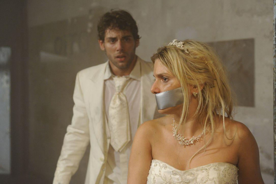 Die Hoffnung, dass Anna (Jeanette Biedermann, r.) noch am Leben ist, beflügelt Jonas (Roy Peter Link, l.), so dass es ihm gelingt, sich zu befreien... - Bildquelle: SAT.1