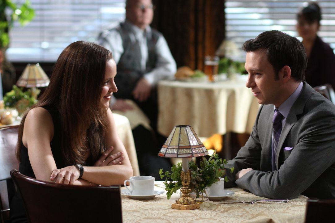 Adam (Nathan Corddry, r.) hofft auf die Hilfe seiner Ex-Freundin Rachael Miller (Jordana Spiro, l.) ... - Bildquelle: Warner Bros. Television