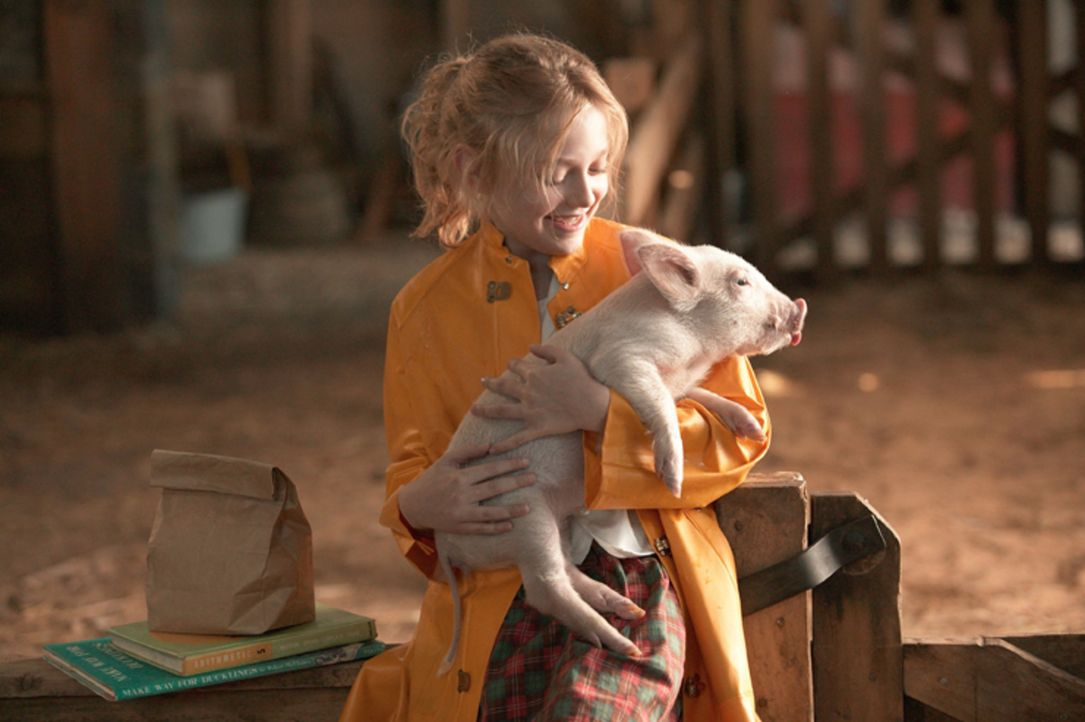 Bevor Fern (Dakota Fanning) zur Schule geht, macht sie noch einen kleinen Abstecher auf die Zuckermann-Farm, um nach dem kleinen Wilbur zu schauen u... - Bildquelle: CBS International Television (ehem: Paramount Pictures International)