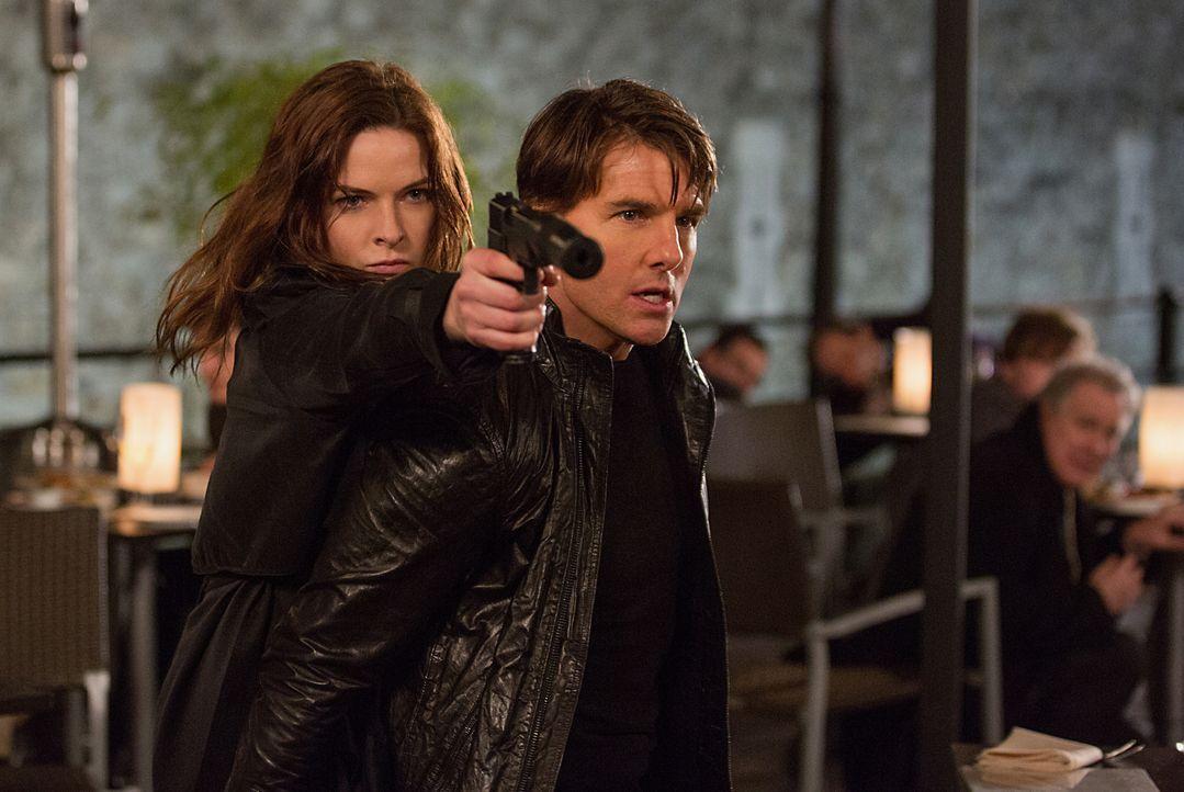 Ilsa Faust (Rebecca Ferguson, l.) und Ethan Hunt (Tom Cruise, r.) kämpfen Seite an Seite. Doch verfolgen die beiden wirklich das gleiche Ziel? - Bildquelle: Chiabella James 2015 PARAMOUNT PICTURES. ALL RIGHTS RESERVED. / Chiabella James