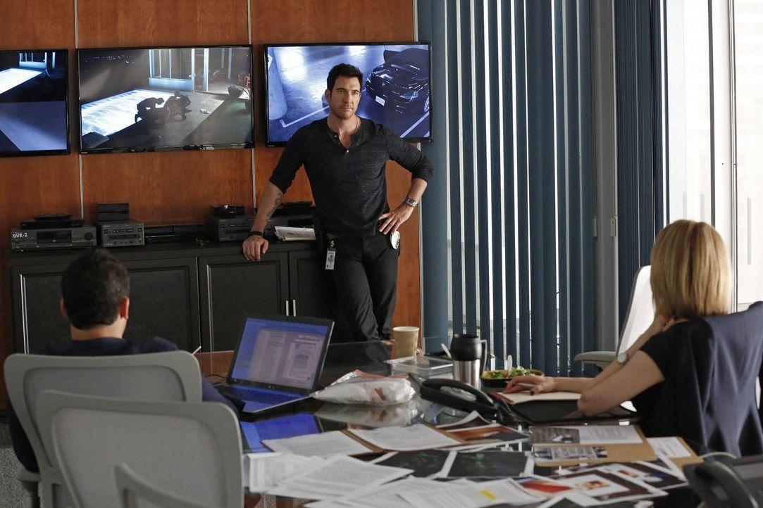 Bei den Ermittlungen in einem neuen Fall: Jack (Dylan McDermott, M.), Ben (Victor Rasuk, l.) und Janice (Mariana Klaveno, r.) ... - Bildquelle: Warner Bros. Entertainment, Inc.