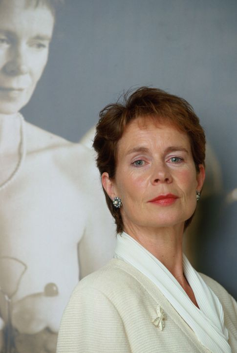 Das Los hat entschieden, dass Celia (Celia Imrie) die erste der Damen ist, die vor die Kamera treten soll. Ihr Bild wird den November des Kalenders... - Bildquelle: Buena Vista Pictures Distribution /   Touchstone Pictures. All Rights Reserved.