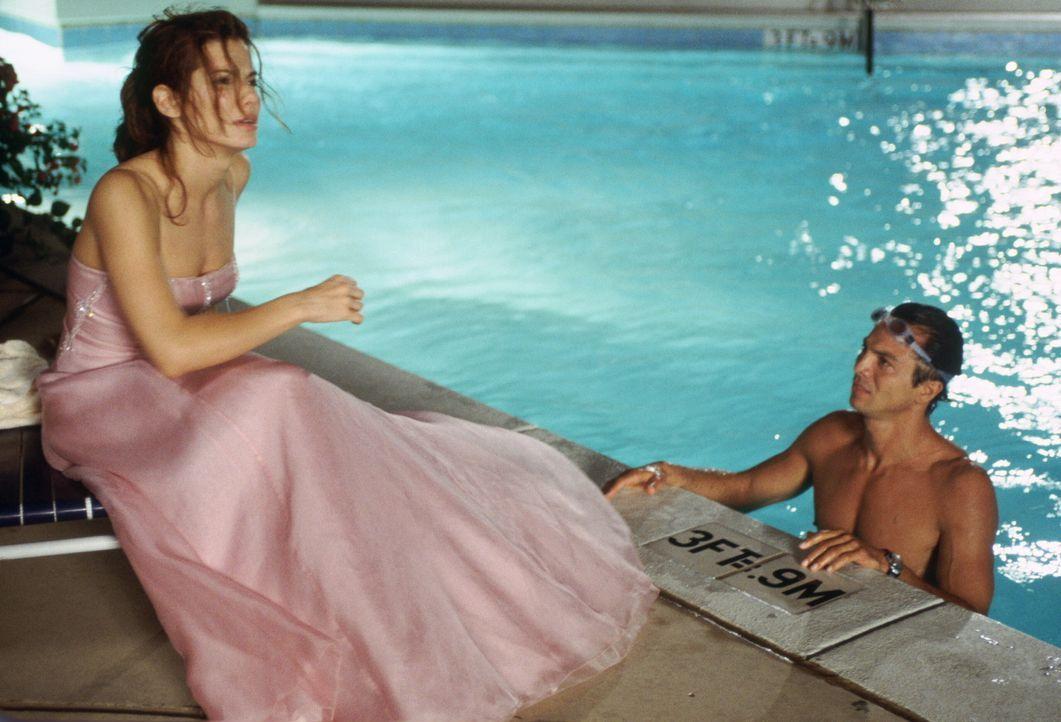 Um verdeckt bei einer Miss-Wahl ermitteln zu können, muss sich die FBI Agentin Gracie Hart (Sandra Bullock, l.) einer Rundumerneuerung unterziehen.... - Bildquelle: 2000. Warner Brothers International Television Distribution Inc.