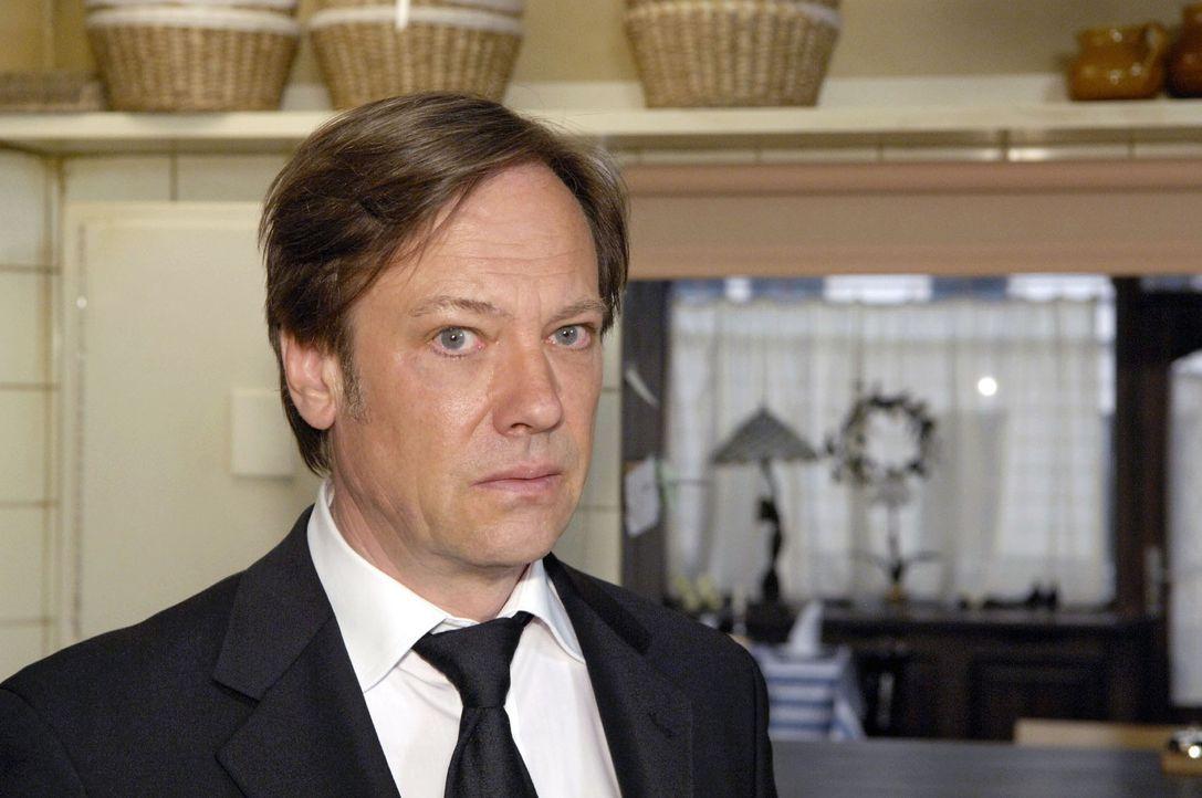 Armin (Rainer Will) erkennt, dass er seine Taktik ändern muss, um gegen Georg bestehen zu können. - Bildquelle: Sat.1