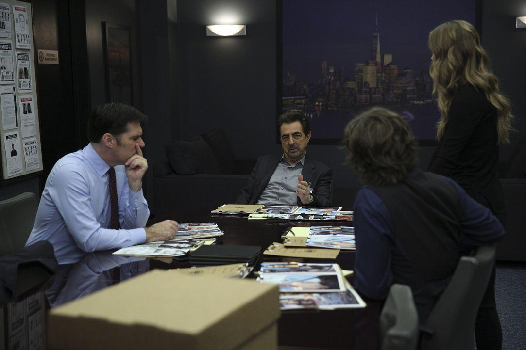 Müssen mit der Abwesenheit von Morgan klarkommen: Hotch (Thomas Gibson, l.), Rossi (Joe Mantegna, 2.v.l.) Reid (Matthew Gray Gubler, 2.v.r.) und JJ... - Bildquelle: Cliff Lipson ABC Studios