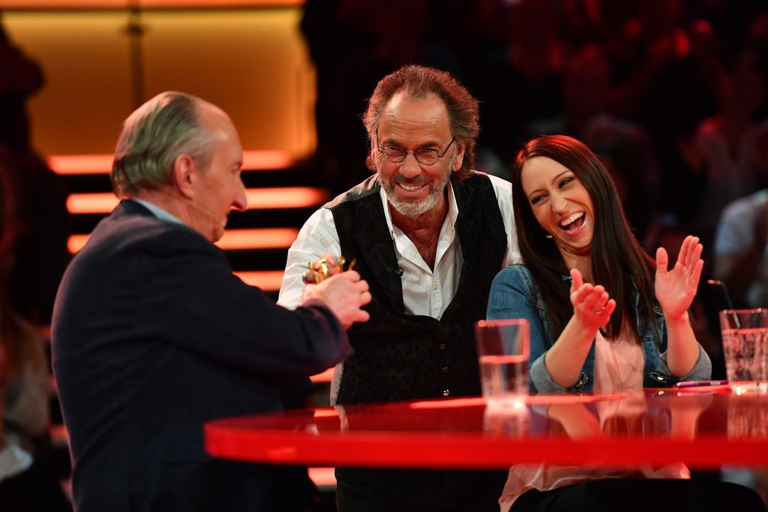 Ein Witz nach dem anderen: Maik Krüger (l.), Hugo Egon Balder (M.) und Lydia Prenner-Kasper (r.) kämpfen um die Lacher des Publikums. - Bildquelle: Willi Weber SAT.1