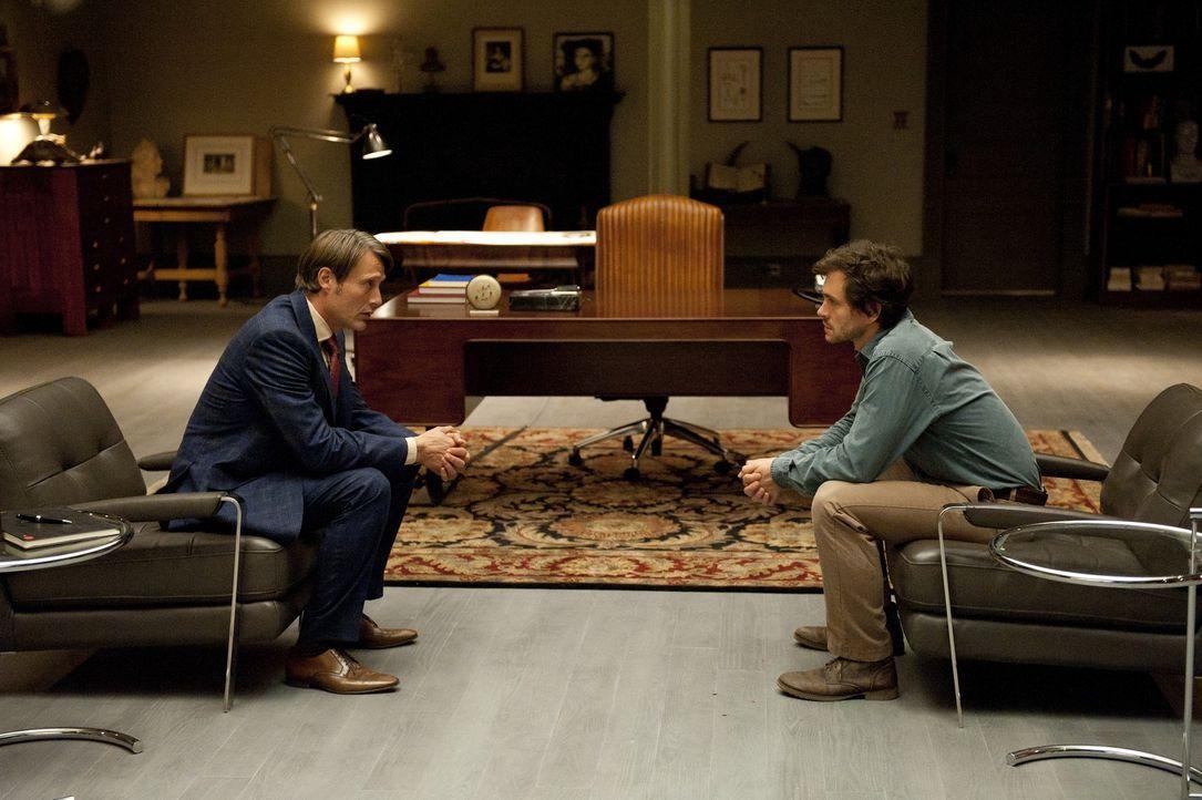 Dr. Hannibal Lecter (Mads Mikkelsen, l.) soll Will Graham (Hugh Dancy, r.) helfen, die schrecklichen Erlebnisse seines letzten Einsatzes zu verarbei... - Bildquelle: 2012 NBC Universal Media, LLC