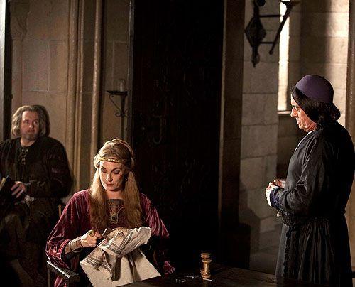 Bischof Waleran (Ian McShane, r.) und die Hamleighs (Sarah Parish, Robert Bathurst) verlegen sich auf einen neuen Plan, um ihrem Rivalen in der Prio... - Bildquelle: Egon Endrenyi Tandem Productions Pillars Productions