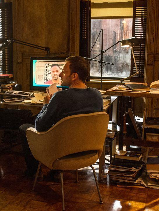 Versucht, auf höchst eigenwillige Weise Kriminalfälle zu lösen: Sherlock Holmes (Jonny Lee Miller) ... - Bildquelle: CBS Television