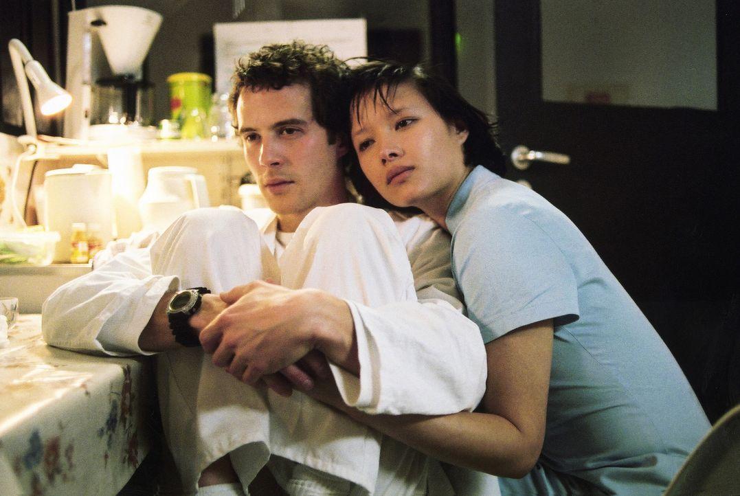 Ein Lichtblick ist die hübsche und warmherzige philippinische Krankenschwester Lee (Rosie Alvarez, r.), die sich mit einer Mischung aus Schwärmerei... - Bildquelle: 2004 Sony Pictures Television International. All Rights Reserved.