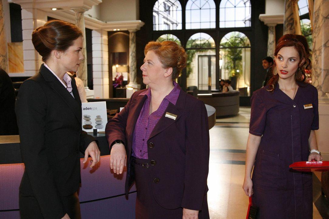 Manu (Marie Zielcke, r.) bekommt ein Gespräch zwischen Karin (Birge Funke, l.) und Paula (Regine Hentschel, M.) mit und ist schockiert ... - Bildquelle: SAT.1