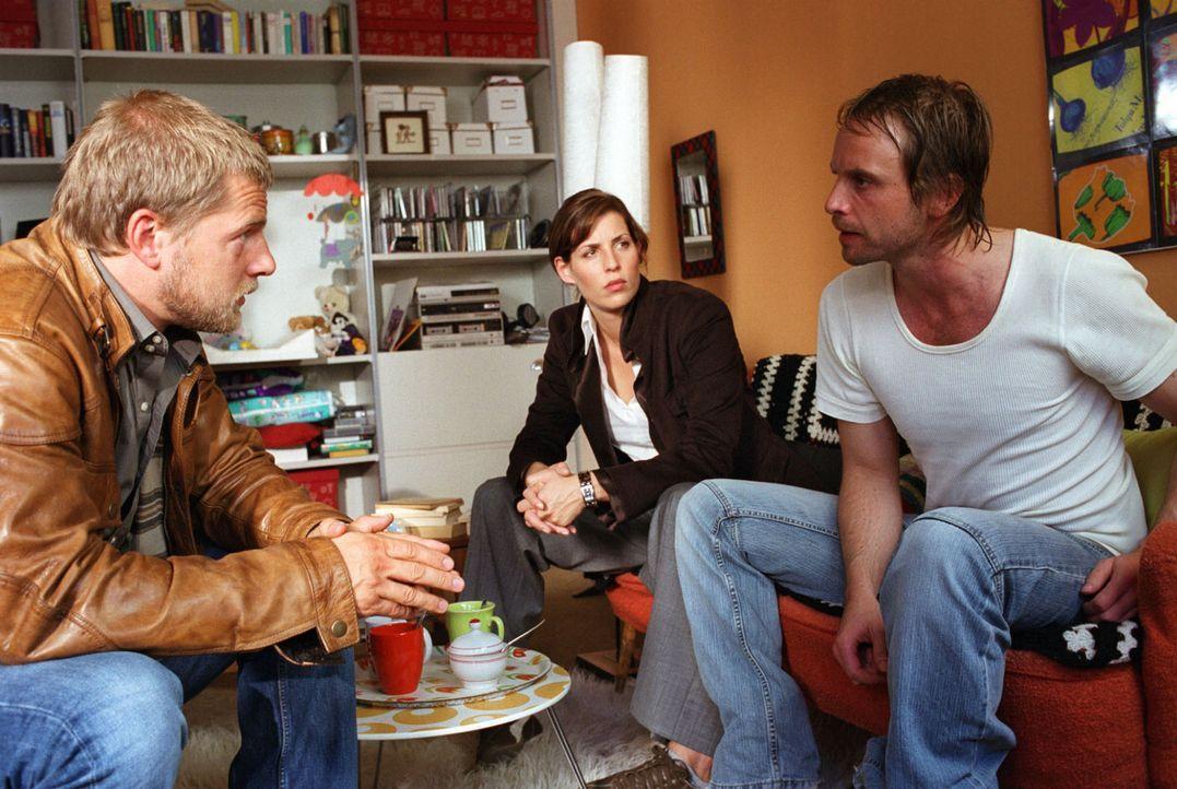 Die Ermittlungen führen Nina (Elena Uhlig, M.) und Leo (Henning Baum, l.) zu Kai Lohberg (Julian Weigend, r.), einem vorbestraften Einbrecher und a... - Bildquelle: Sat.1