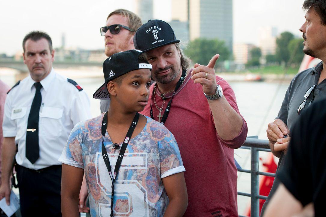 """Henning Wehland (r.) lässt Kinderaugen strahlen und macht """"The Voice Kids""""-Gewinner Danyiom (l.) glücklich ... - Bildquelle: Martin Rottenkolber SAT.1"""