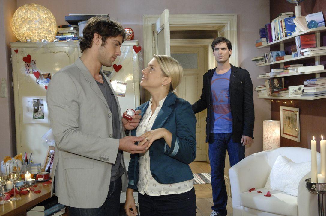 Anna (Jeanette Biedermann, M.) gesteht Katja, dass sie sich mit Jonas (Roy Peter Link, l.) verlobt hat. Jetzt steht nur noch eine Hürde bevor: Alex... - Bildquelle: Sat.1