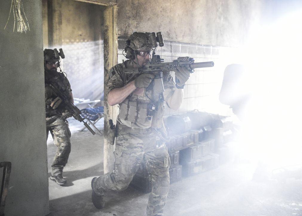 Als Clay in einem Raum, der sich in unmittelbarer Nähe zu schwerbewaffneten Terroristen befindet, eingeschlossen ist, übergehen seine Kameraden (A.J... - Bildquelle: Ron Jaffe Ron P. Jaffe/CBS  2017 CBS Broadcasting, Inc. All Rights Reserved