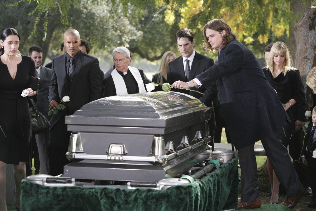 Nach dem schrecklichen Mord an Haley Hotchner, nehmen Prentiss (Paget Brewster, l.), Morgan (Shemar Moore, 2.v.l.), Hotch (Thomas Gibson, 3.v.r.), R... - Bildquelle: Touchstone Television