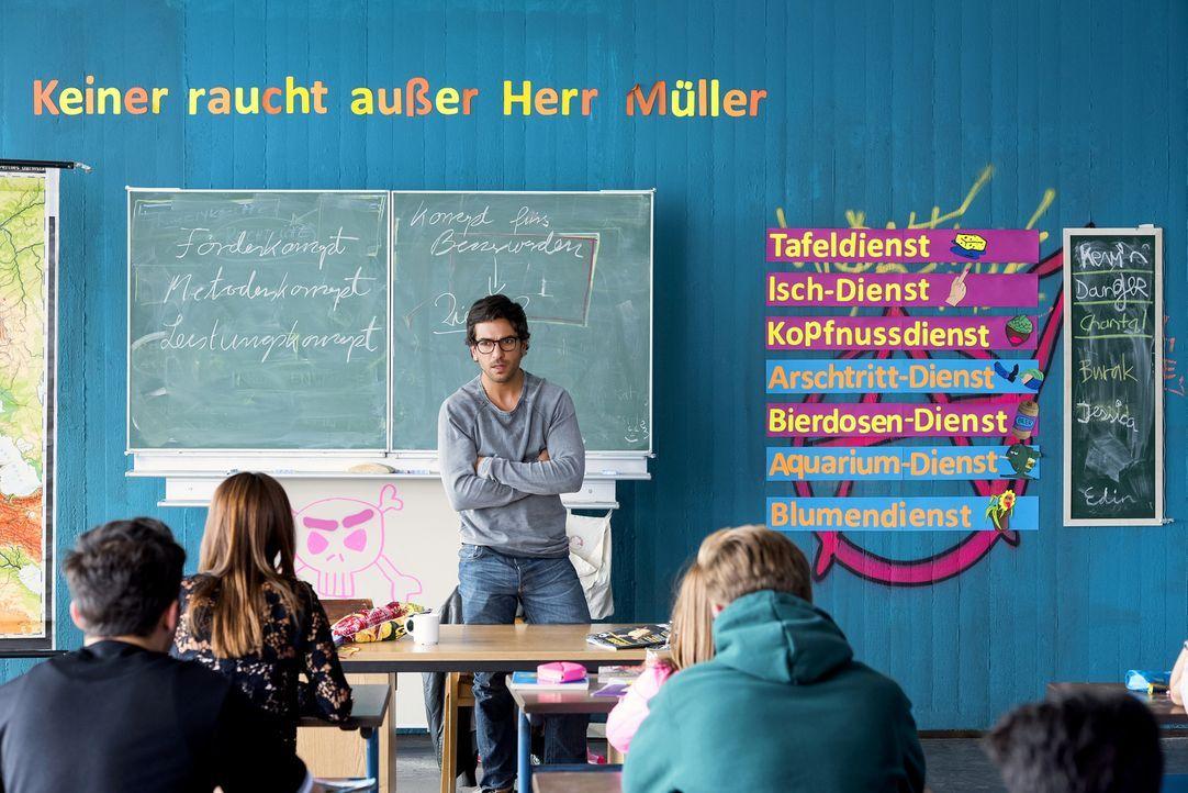 Um die Chancen auf Fördergelder zu erhöhen, will Direktorin Gerster einige Schüler auf Klassenfahrt ins Ausland schicken. Das kommt Zeki (Elyas M'Ba... - Bildquelle: Christoph Assmann 2015 Constantin Film Verleih GmbH