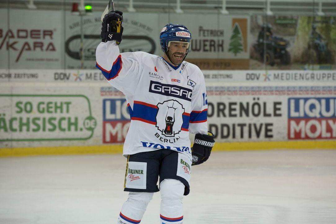 Nach dem Unfalltod seiner Frau beendet der Eishockeyspieler Karl Behrens (Hannes Jaenicke, r.) seine Karriere und zieht seine Tochter Nic (Lisa Baha... - Bildquelle: Volker Roloff SAT.1