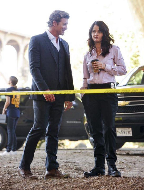 Ein neuer Fall wartet auf Patrick (Simon Baker, l.) und Teresa (Robin Tunney, r.) ... - Bildquelle: Warner Bros. Television