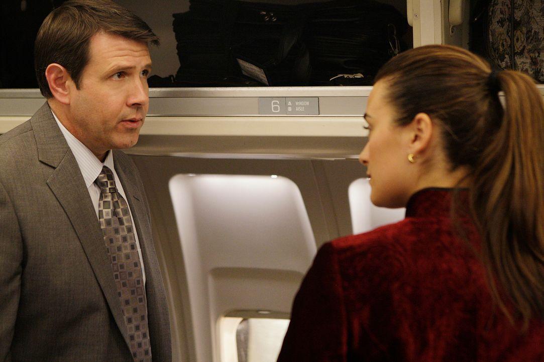 Tony und Ziva (Cote de Pablo, r.) sollen die Hauptbelastungszeugin in einem bevorstehenden Betrugsprozess gegen ihren eigenen Chef von Paris nach Wa... - Bildquelle: CBS Television