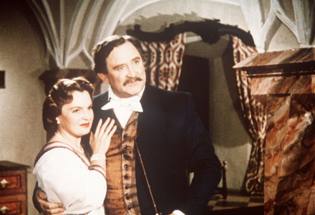 Ein glückliches Paar: Herzog Max in Bayern (Gustav Knuth, r.) und seine geliebte Frau Herzogin Ludovika (Magda Schneider, l.) wollen für ihre Töc... - Bildquelle: Herzog-Filmverleih