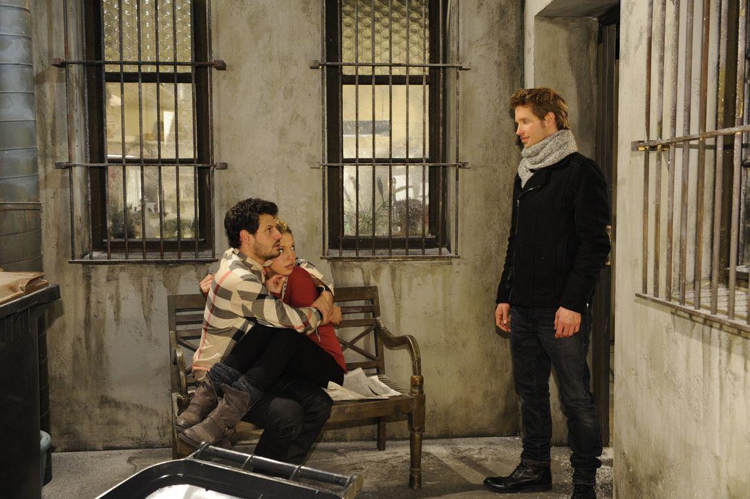 Nina (Maria Wedig, M.) und Luca (Manuel Cortez, l.) sitzen durch einen dummen Zufall im Innenhof der Goldelse fest. Nach anfänglicher gegenseitiger... - Bildquelle: SAT.1