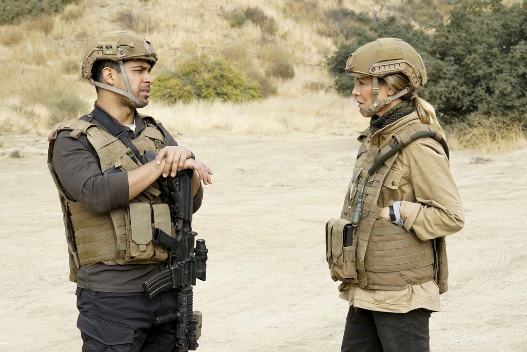 Ahnen noch nicht, dass sie sich in Afghanistan auf einen gefährlichen Einsatz begeben haben: Jack (Maria Bello, r.) Torres (Wilmer Valderrama, l.) .... - Bildquelle: Cliff Lipson 2017 CBS Broadcasting, Inc. All Rights Reserved.