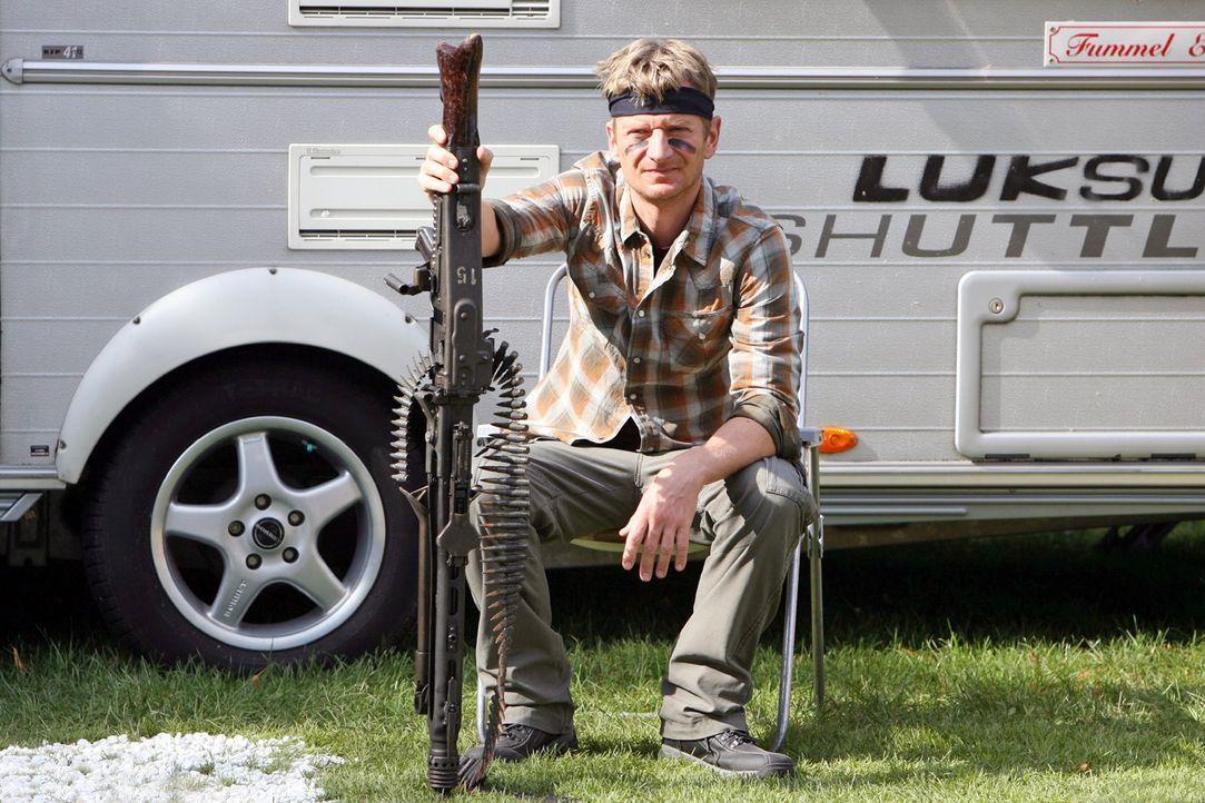Wenn gar nichts mehr hilft gegen die Maulwurfplage, greift er (Michael Kessler) zu stärkeren Waffen ... - Bildquelle: Ralf Jürgens Sat.1