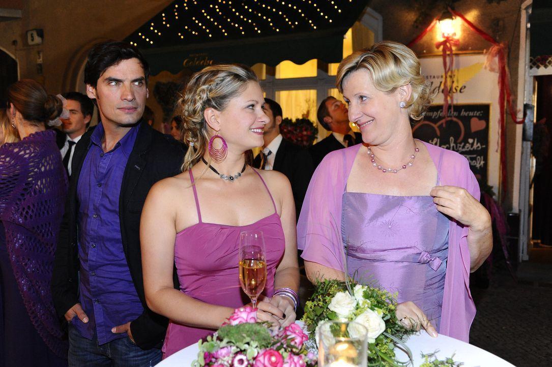 Genießen die Hochzeitsfeier von Jonas und Anna: Alexander (Paul Grasshoff, l.), Mia (Josephine Schmidt, M.) und Susanne (Heike Jonca, r.) ... - Bildquelle: SAT.1